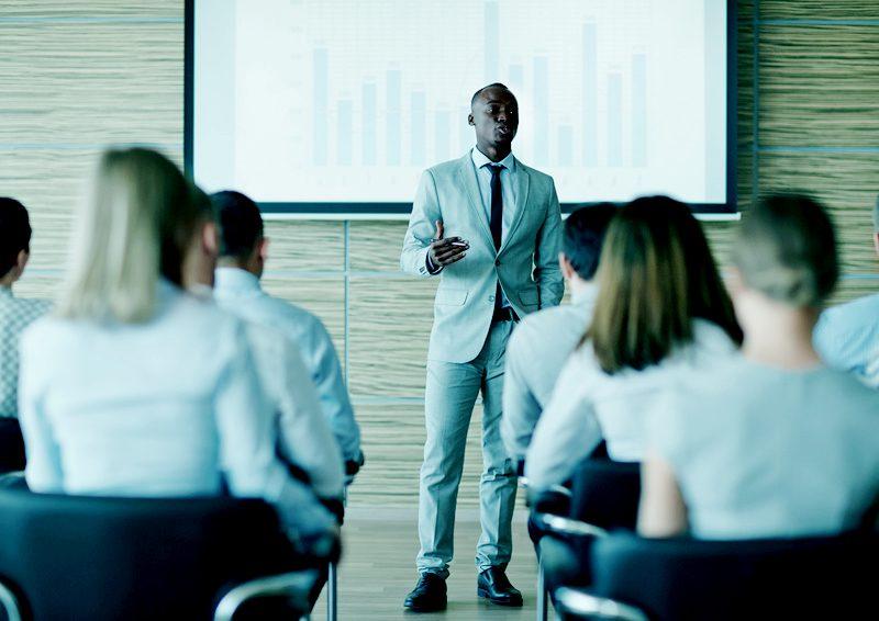 Auf dem Podest stehen: Öffentlich Vorträge zu halten ist nicht jedermanns Sache. Zudem bedarf es bei einer professionellen Rede Selbstvertrauen, Charisma und ein umfassendes Knowhow zum Thema. Wagen Sie es doch einmal auf einer Messe oder einem Seminar zu sprechen und beweisen Sie Ihre Expertise. So können Sie Ihre Rhetorikfähigkeiten schulen und gleichzeitig Ihre Themen gezielt bei der Öffentlichkeit platzieren.