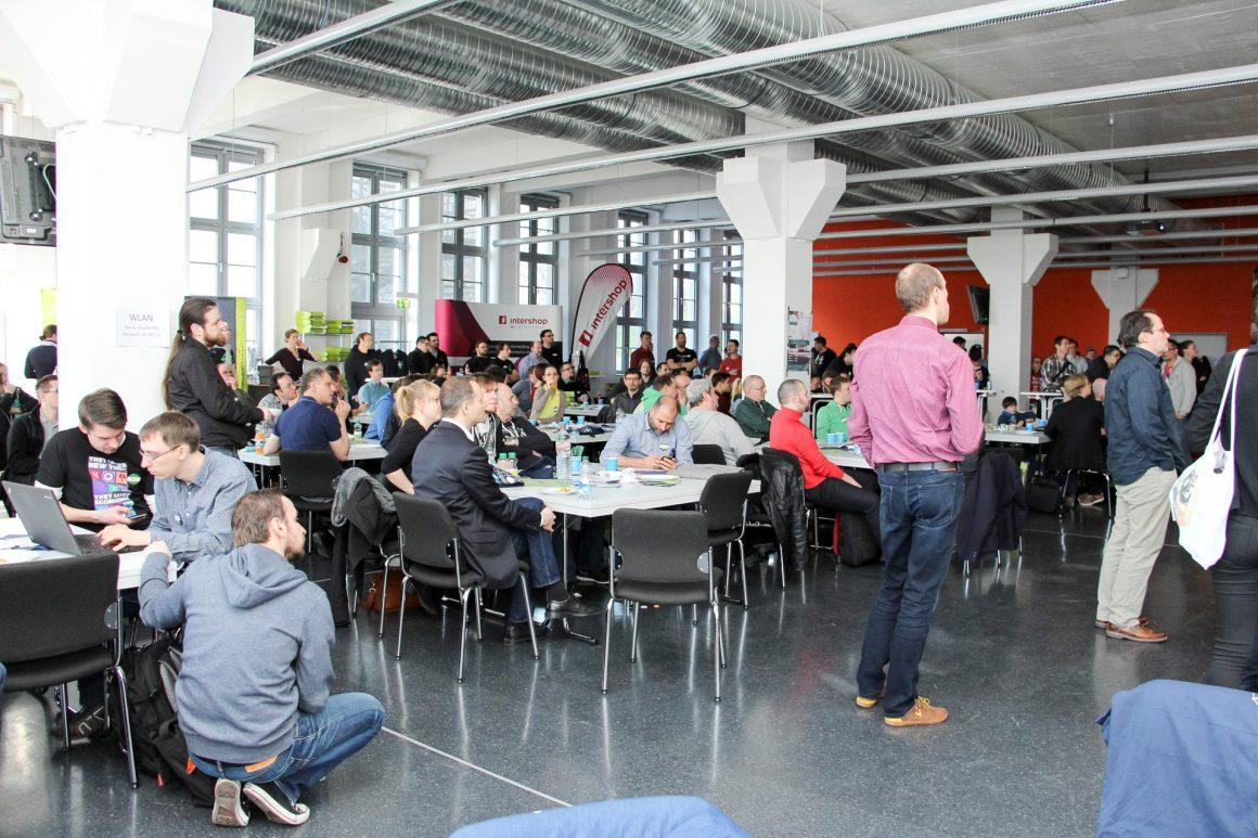 Ein BarCamp findet oft in lockerer Atmosphäre statt – Teilnehmer sitzen zusammen und besprechen interessante Themen.