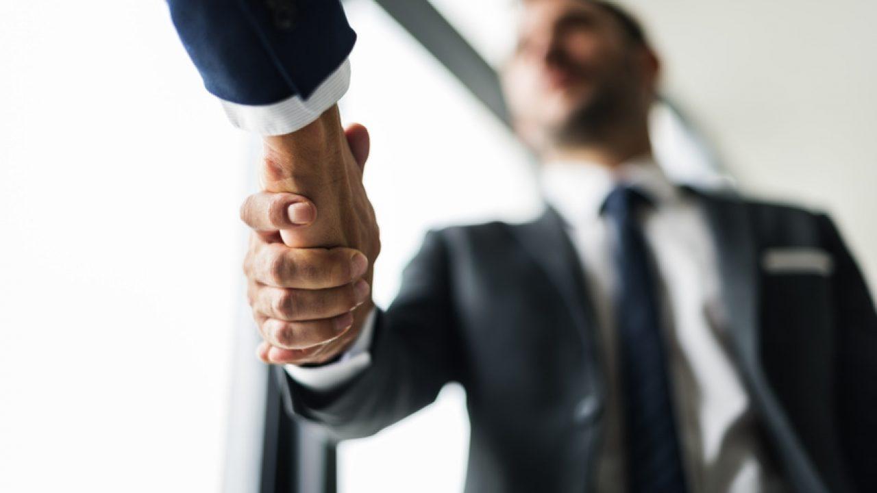 Körpersprache handschlag mit beiden händen